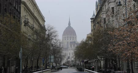 turistická atrakce : BUDAPEST, HUNGARY - JANUARY 16, 2019: Gothic architecture of famous Hungarian Parliament building exterior view at winter time Dostupné videozáznamy