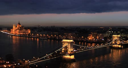 éjszakai élet : Bridge on the Danube in Budapest by night