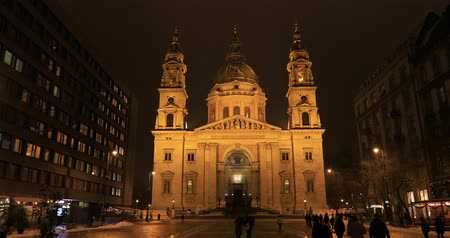 budapeszt : BUDAPEST, HUNGARY - JANUARY 15, 2019: Stefan basilica exterior view at night Wideo