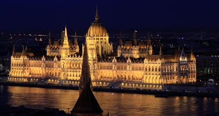 budapeszt : Night view of the famous Hungarian parliament building. Time lapse