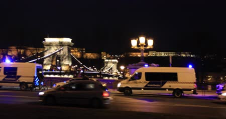 охранять : Police at night in Budapest