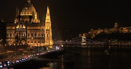 budapeszt : A view of the Hungarian Parliament building at winter