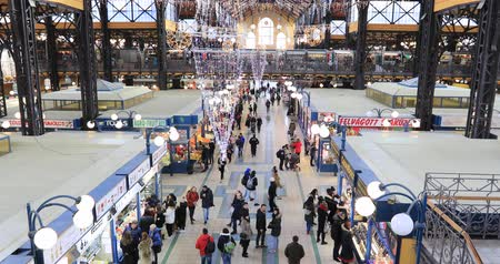 パプリカ : Aerial view of Central Market Hall in Budapest. Man buying food 動画素材