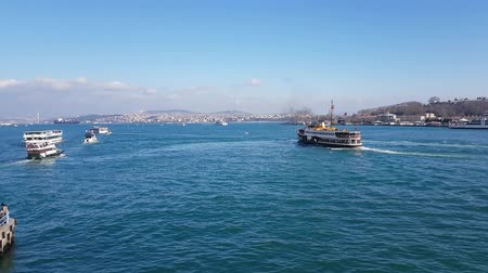 рог : ISTANBUL, TURKEY- JANUARY 7, 2019: Passenger ships and boats cruising over Bosporus at sunny spring day