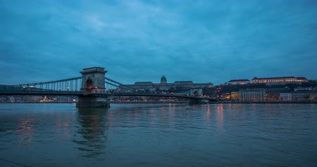 budapeszt : A view of buildings, Buda castle, Danube river and the Bridge in old city Budapest. City traffic at night time lapse