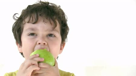 jeść : Child eating apple