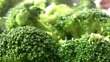 ensalada de frutas : Organic Broccoli Heads-Up Close
