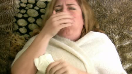 alergia : Young Woman Sneezing Wideo