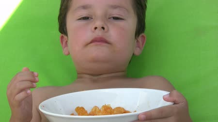 contentamento : Little boy eating chips