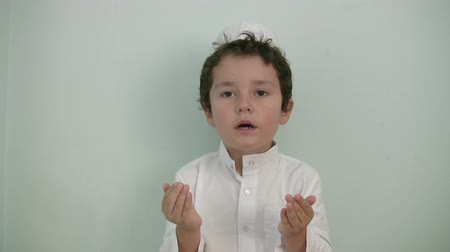 dua eden : Little boy praying