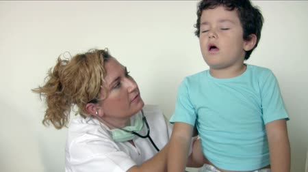 doctora : Pediatrician checking Little boy Archivo de Video
