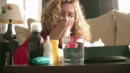 doente : Sick women using a nasal spray