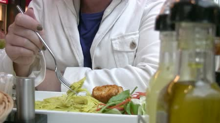 somente para adultos : Woman having lunch at a restaurant