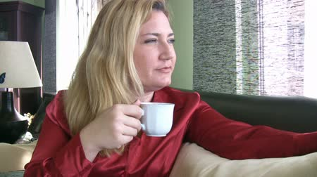 nápoj : Relaxed  lady with a cup of coffee