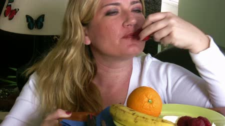perda de peso : Woman eating fruit