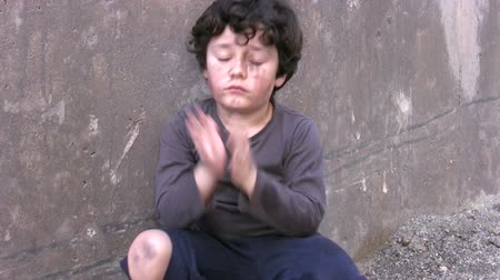 bieda : Homeless poor little boy Wideo