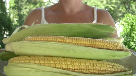 шелуха : woman holding plate with corn Стоковые видеозаписи