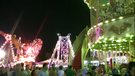 karnaval : Amusement park at night Stok Video