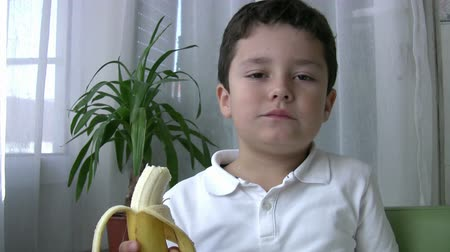 muz : Child eating banana Stok Video