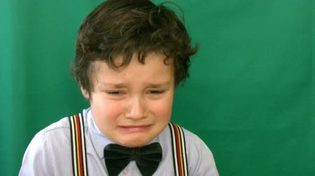 konec : Boy crying  in front of a green screen