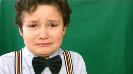pŁacz : Boy crying  in front of a green screen