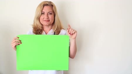 фармацевт : Female Doctor Holding Onto A Green Screen Стоковые видеозаписи