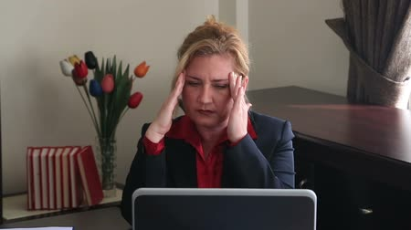 головная боль : Businesswoman having headache