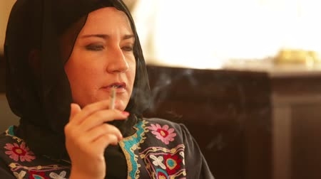 başörtüsü : muslim woman smoking Stok Video