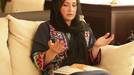 religioso : Muslim woman praying and reading koran