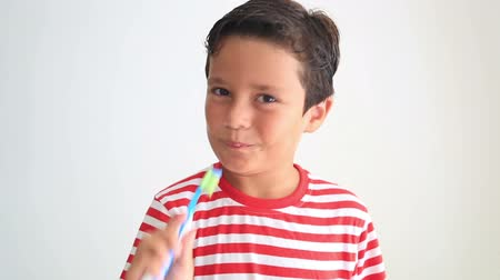 escova de dentes : Child brushing and showing his missing tooth Vídeos
