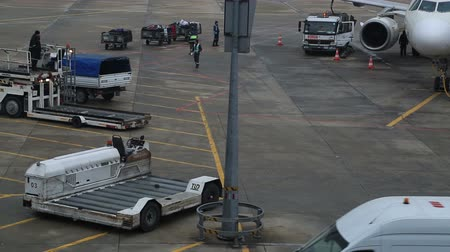 aeroespaço : Airplane  docked at the gate, being refueled, boarded and loaded.