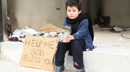 sociedade : Homeless child begging In Street