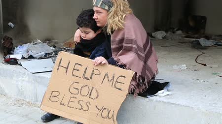 fome : Homeless mother with her son