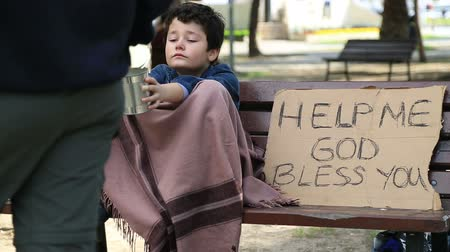 бедный : Homeless child begging in street