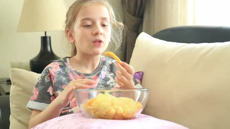 étkezik : Young girl likes potato chip