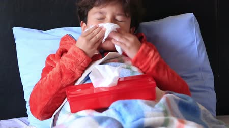 грипп : Sick child in bed sneezing