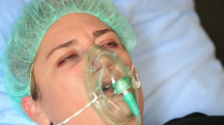 oxigén : Diseased  woman wearing a oxygen mask in hospital room