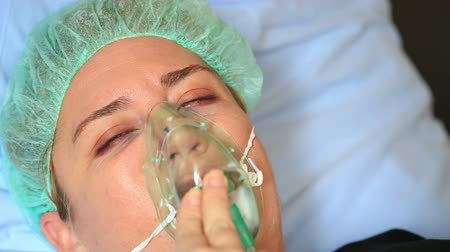 cerrahi : Diseased  woman wearing a oxygen mask in hospital room
