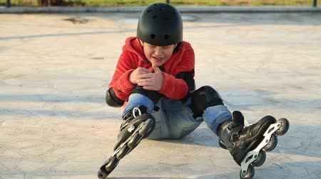 patim : Injured young boy falling off skate, sitting on the floor Vídeos