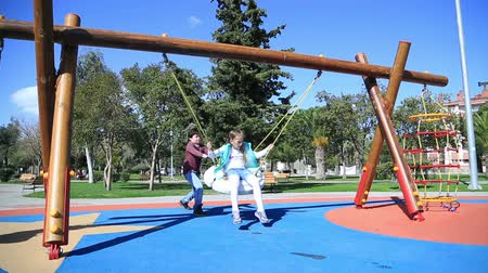 отдыха : Two elementary aged children having fun in the playground