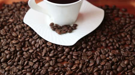 xícara de café : Coffee cup with coffee beans
