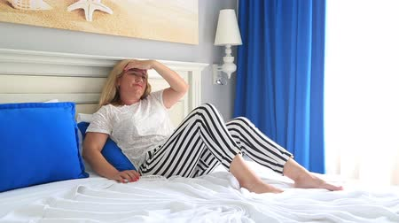 головная боль : Mid adult beautiful woman with blonde hair with strong headache depressed