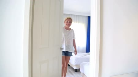 konuksever : Woman Opens Hotel Door And Welcomes