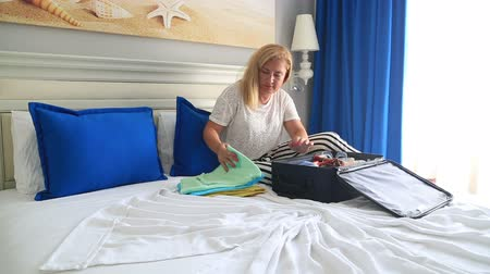 bagagem : Woman Packing Suitcase For Summer Vacation