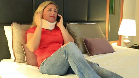 krk : Painful woman with a neck brace talking on the phone Dostupné videozáznamy