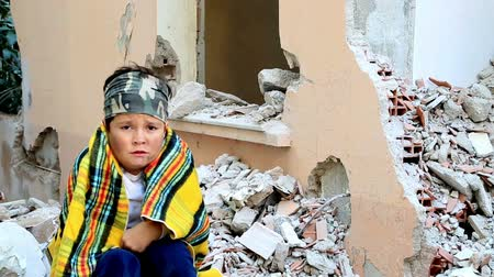 evsiz : Scared, sad child in a war zone
