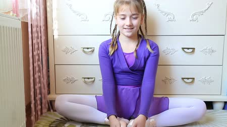 bale : Pretty young ballerina sitting on the floor and posing