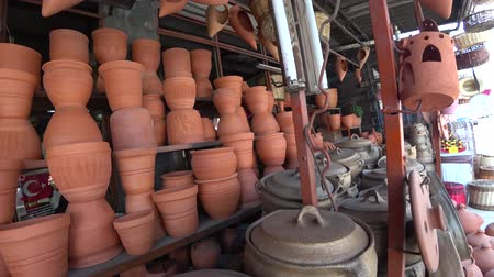 louça de barro : Handmade ceramic pots on shelf