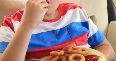 откорме : Portrait of a cute preteen chld eating onion rings