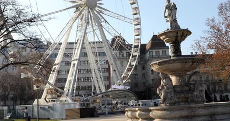 elisabeth : BUDAPEST, HUNGARY - JANUARY 15, 2019 : The famous Budapest Eye ferris wheel and fountain Stock Footage